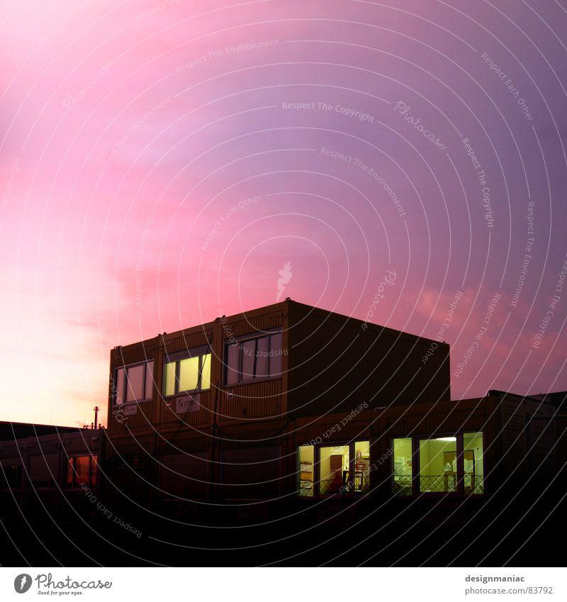 Experiment PurpleSky Schwarzes Brett Frankfurt am Main Lampe Horizont Sonnenuntergang violett schwarz rosa Gebäude dunkel Wolkendecke groß klein Licht Fenster