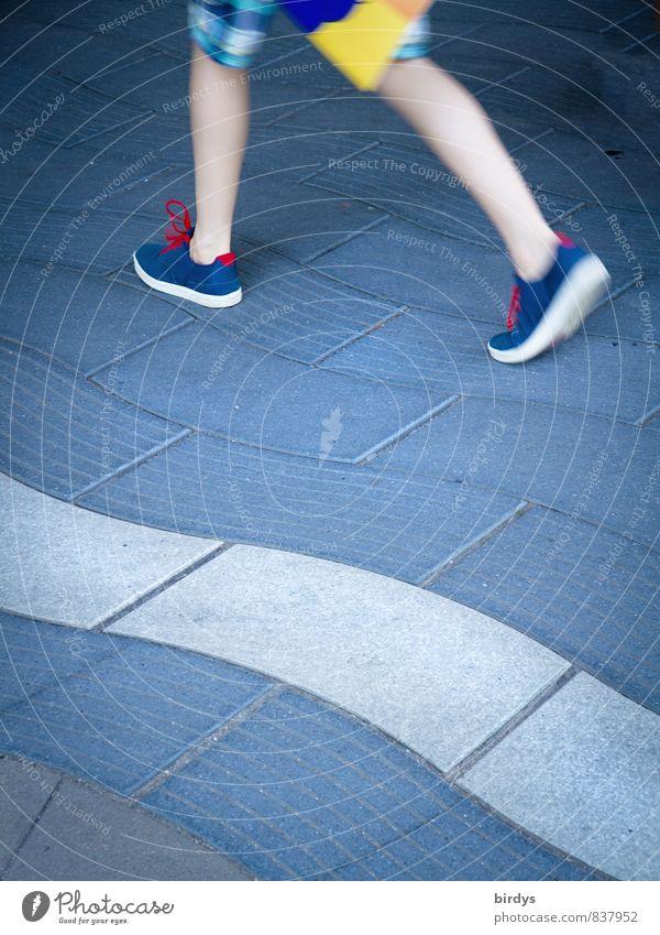 Eile Jugendliche Beine Fuß 1 Mensch Wege & Pfade Bürgersteig Freizeitbekleidung Shorts Freizeitschuh Bewegung gehen laufen ästhetisch außergewöhnlich Leben