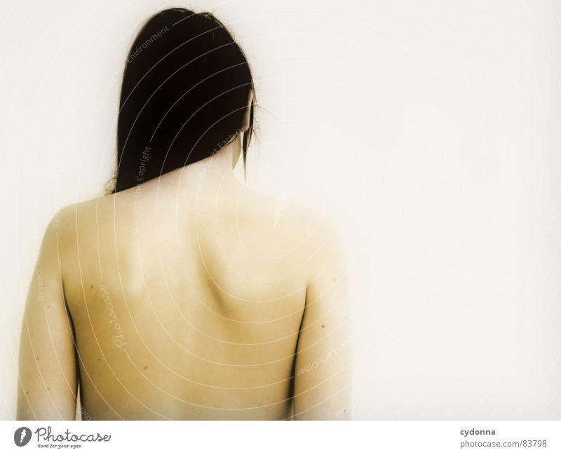 Wer bin ich? II Frau nackt unsichtbar geheimnisvoll Identität Wand Porträt kalt Wegsehen Rückseite Barriere Reihe Oberkörper Mensch Schulter Ausgrenzung