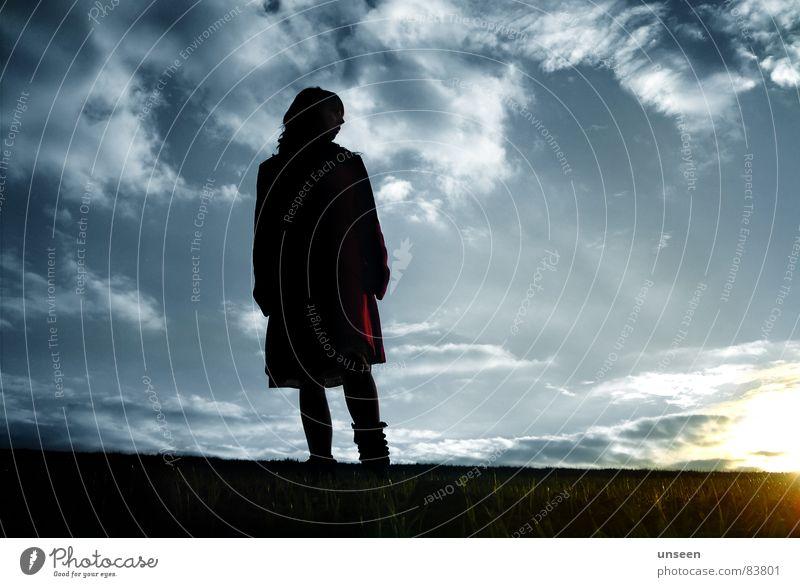 bleib einfach hier Sonne feminin Frau Erwachsene 1 Mensch Luft Himmel Wolken Schönes Wetter Mantel warten Unendlichkeit blau Leben Sonnenuntergang Farbfoto