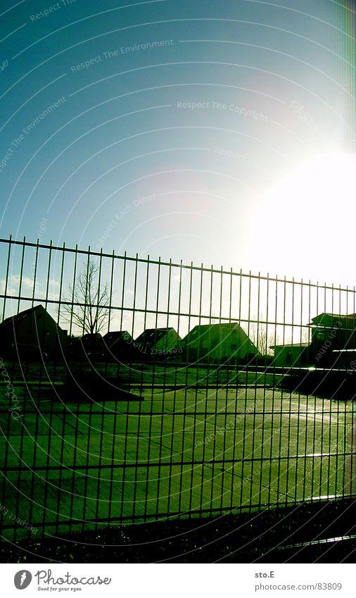 drinnen oder draußen? Sonne hell Sicherheit Blauer Himmel Wolkenloser Himmel grell Ausgrenzung Wohnsiedlung Wohngebiet Gartenzaun Leuchtkraft Drahtzaun