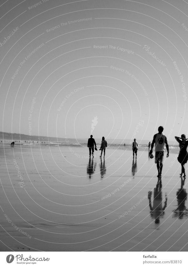 Walking Barfuß Unendlichkeit Spaziergang Strand Mensch Reflexion & Spiegelung Portugal Meer gehen Himmel Sommer Ferne Freiheit Ferien & Urlaub & Reisen