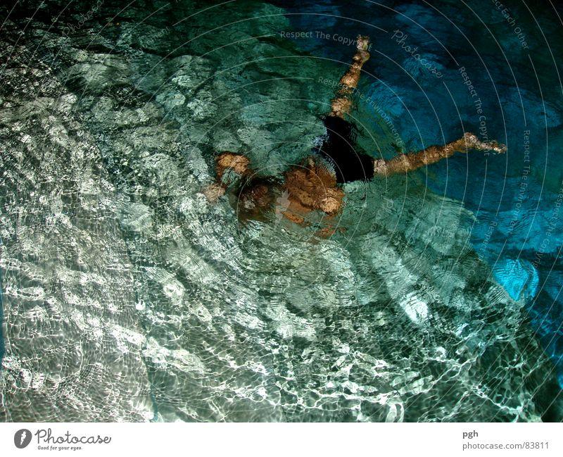 Nachtschwimmen tauchen Ferien & Urlaub & Reisen Freude Sonnenbad Schwimmbad toben feucht Lust nass Sport Spielen Sommer wasse r blau Scheinwerfer blue joy