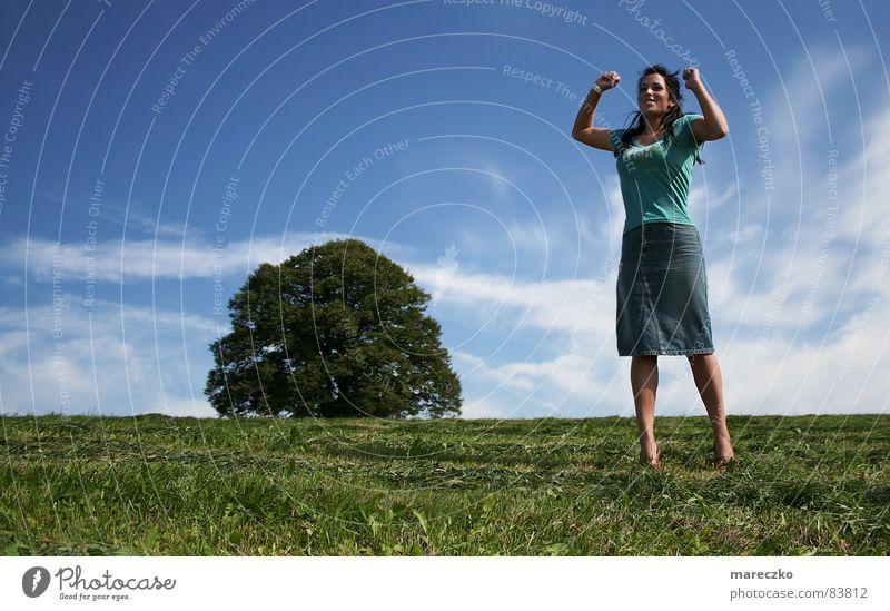 Erfolg Sommer Baum Frau Lust Lebensfreude Fröhlichkeit Freude hüpfen springen Ferien & Urlaub & Reisen heiß Erreichen Lustschrei eine Person Himmel woman