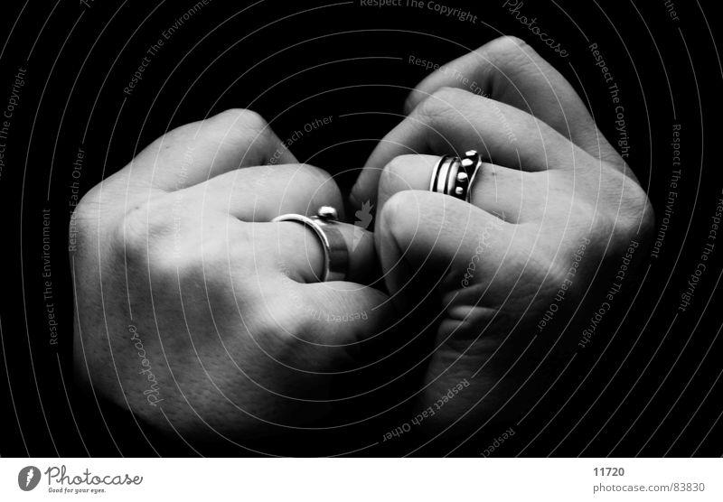 Unendlichkeit Hand Finger festhalten heizen kalt Intuition Winter Vertrauen Schwarzweißfoto Frau zuhalten zuknöpfen Kreis
