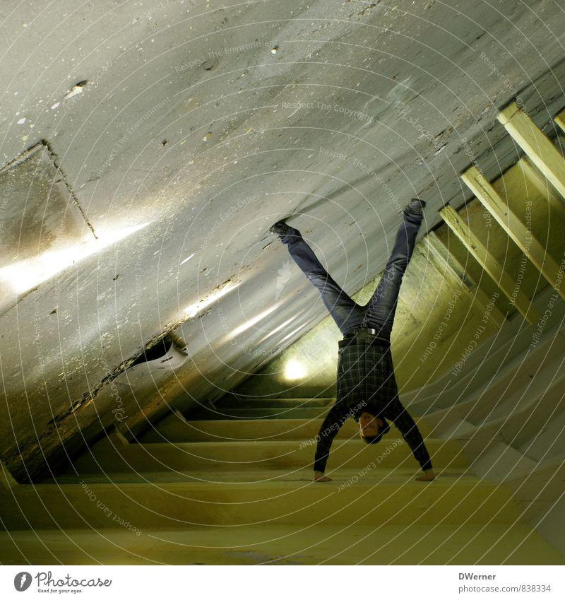Schwerkraft? Lifestyle elegant Freude Freizeit & Hobby Haus Renovieren Innenarchitektur Karriere Erfolg Mensch maskulin Junger Mann Jugendliche 1 18-30 Jahre