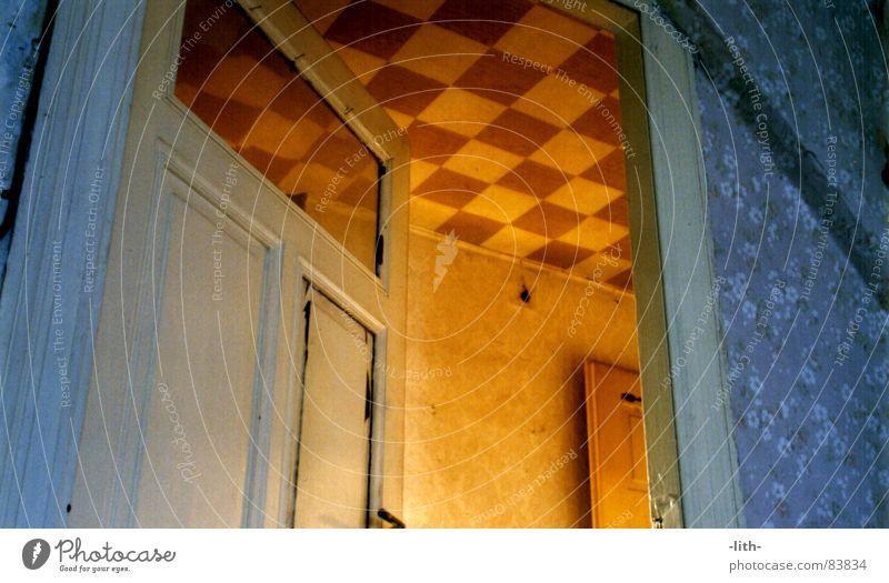 Dachstuhl blau Raum orange Tür offen verfallen Flur Durchgang Blümchentapete
