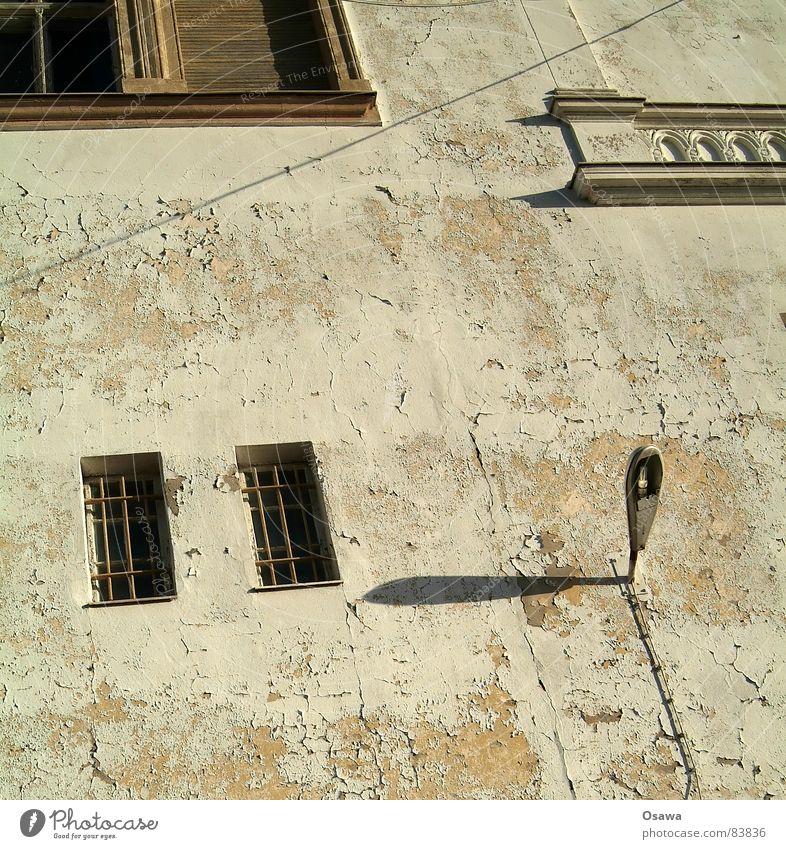 Wand mit Fenster und Laterne alt Haus Farbe Stein Mauer Gebäude Glas Baustelle verfallen Bauwerk Geländer bleich Straßenbeleuchtung