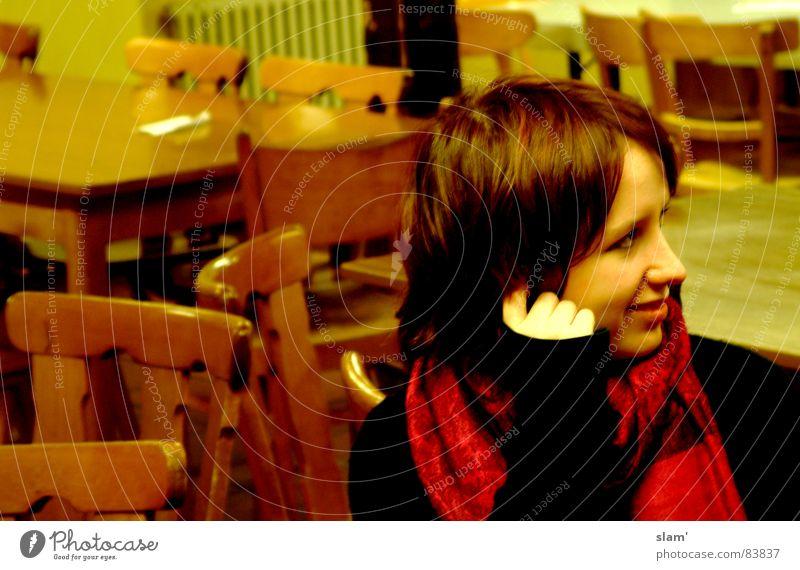 Was wäre wenn? Frau rot Freude Farbe träumen Denken Stimmung Tisch Stuhl Lippen zart Freundlichkeit grinsen Gedanke Schal verträumt