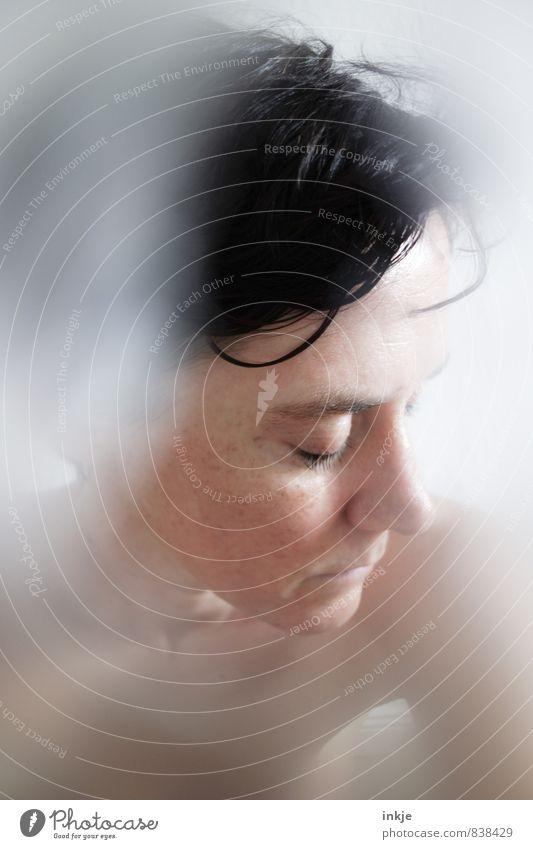 Ein Hauch von Mut Mensch Frau schön Erholung ruhig Gesicht Erwachsene Leben Gefühle Gesundheit Nebel Wellness Körperpflege Dunst stagnierend Vorsicht
