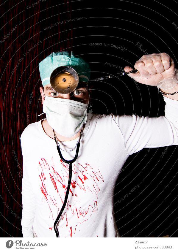 """doctor """"kuddl"""" - crazy Säge Arzt Chirurg Chirurgie Krankenhaus Operation Lampe Mundschutz Stirn verrückt durchdrehen stehen Porträt man verückt hanschuhe"""