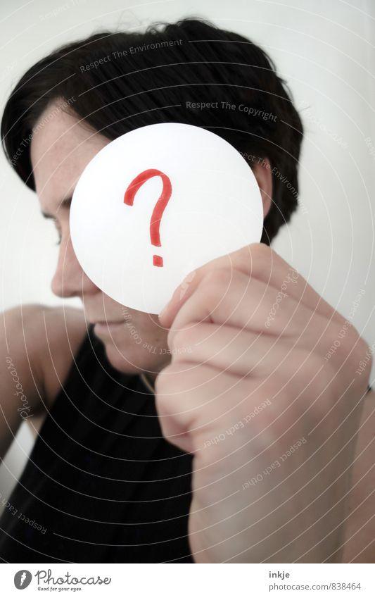 das große who is who Stil Bildung Erwachsenenbildung Frau Leben Gesicht Hand 1 Mensch 30-45 Jahre Zettel Zeichen Schriftzeichen Kreis Fragezeichen Denken