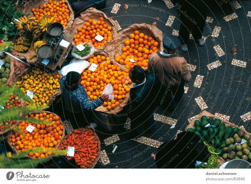 Markt Banane Spanien Italien Portugal Händler Orange Zitrone Vitamin mehrfarbig Mann Waage Gemüsemarkt Wochenmarkt Mittelmeer Ernährung gelb Frucht Europa
