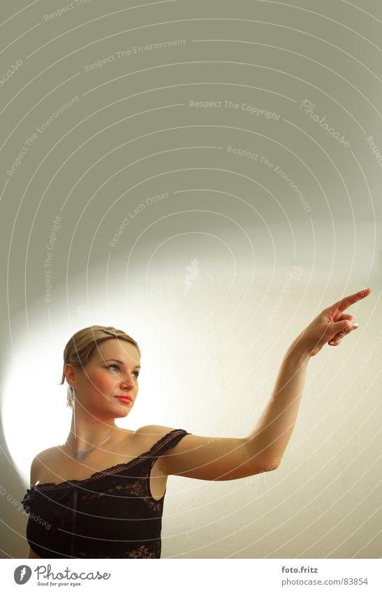 dani zeigt den weg einladen Trainer Porträt Frau Beautyfotografie Körperhaltung Blick rechts links Richtung abbiegen Kleid zielstrebig Abzweigung alternativ
