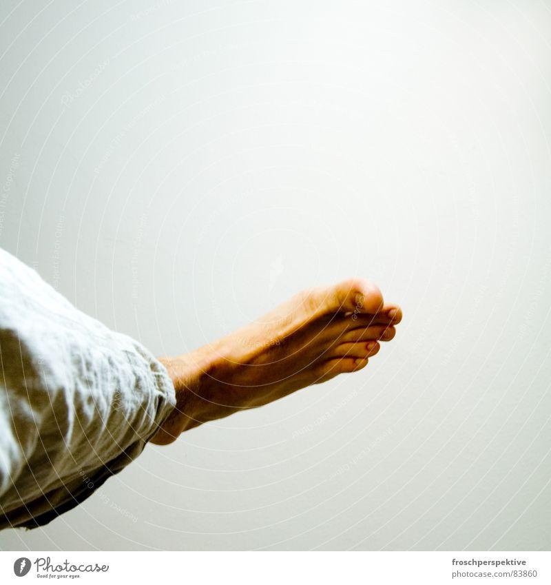 Füsse (einer) Zehen Barfuß gehen stehen Schweben bodenständig abgehoben reich unbestimmt Mann Fuß füesse bluttfuess -) fliegen einbeinig auf grossem fuss
