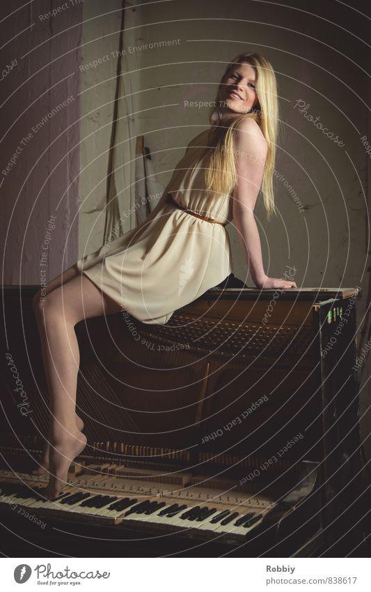 musiques oubliées feminin Junge Frau Jugendliche Erwachsene 1 Mensch 18-30 Jahre Konzert Fabrik Kleid Klavier Lächeln sitzen alt außergewöhnlich dreckig schön