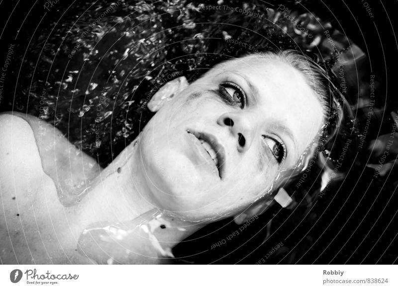 se baigner dans le goudron Mensch Frau Kind Jugendliche Wasser Einsamkeit Junge Frau 18-30 Jahre schwarz dunkel kalt Erwachsene Traurigkeit feminin