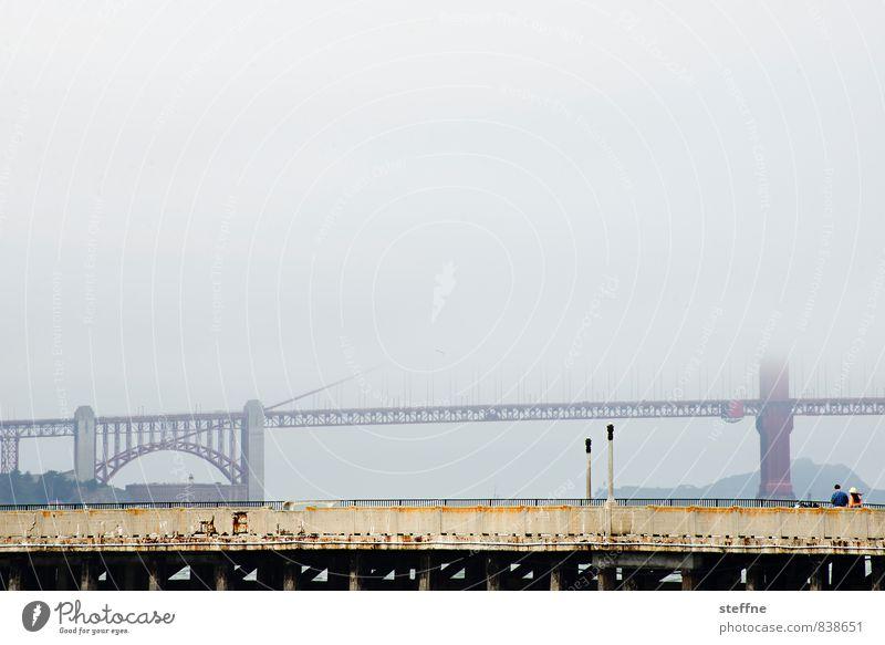 Golden Gate Bridge, angedeutet San Francisco Kalifornien USA Sehenswürdigkeit Wahrzeichen Nebelschleier Dunst Farbfoto Gedeckte Farben Außenaufnahme