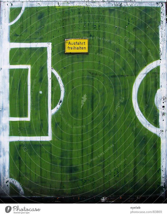 Fussballtor freihalten ! Torwart Übereifer grün Einfahrt Eingang Ausgang Backstein Wand Grundstück Holz Holztor Gemälde Schmiererei Weltmeisterschaft Niederlage