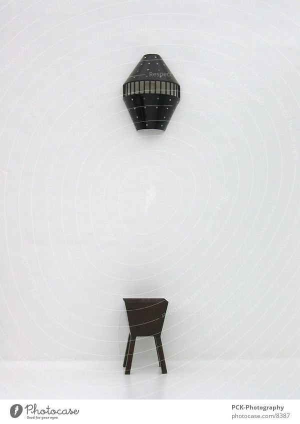 art Kunstwerk Ausstellung Dinge Wand weiß schwarz Empore