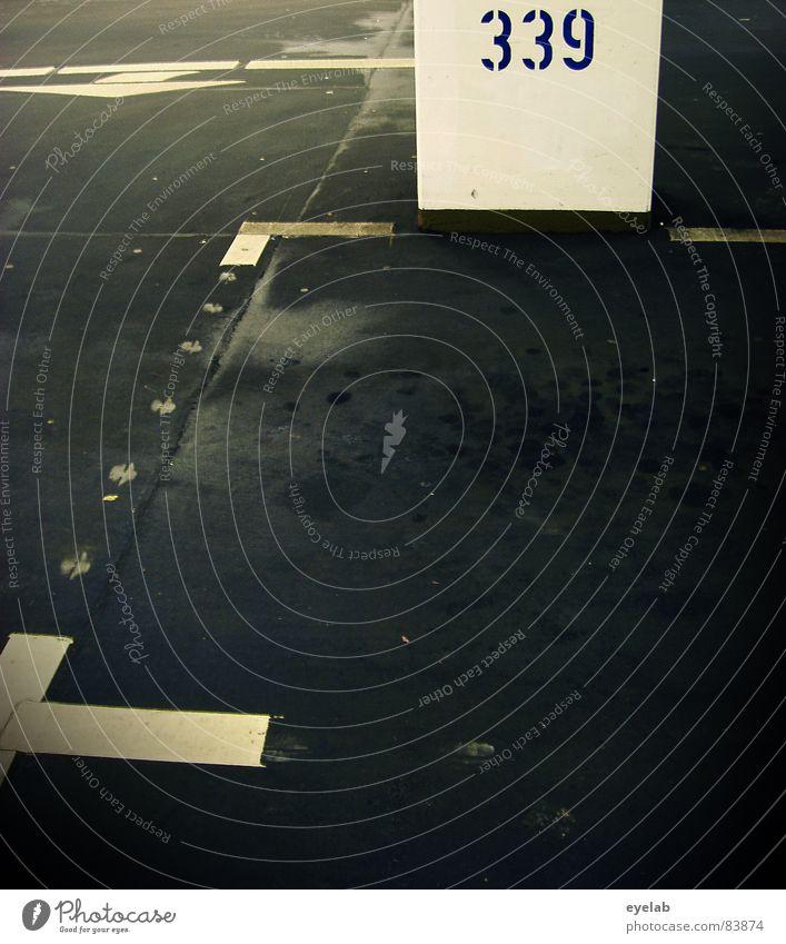 339 Abrieb Parkplatz Parkhaus Asphalt schwarz leer KFZ Parkdeck Teer Kaugummi Reifenspuren Gummi Architektur Ziffern & Zahlen Motorsport Linie unbesetzt Pfeil