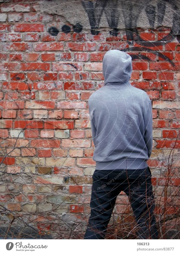 WANTED Wand maskulin Mann Kerl Backstein Mauer Schmiererei Körperhaltung Composing gemalt Zufall Sträucher Kapuzenpullover Graffiti schäbig Wandmalereien