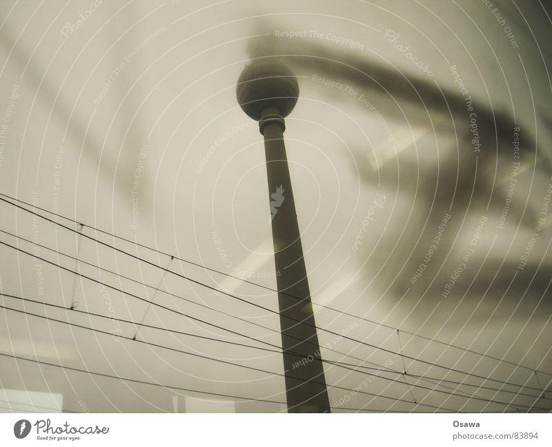 Zett z Oberleitung Fenster Reflexion & Spiegelung Berlin Fensterscheibe Wahrzeichen Denkmal Blick aus der S-Bahn im Vorbeifahren alex Turm reflektion Glas