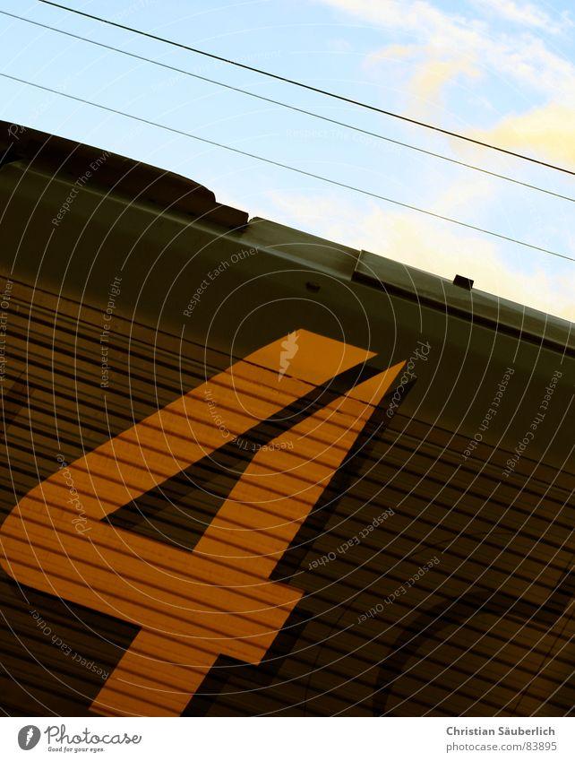 Die Fantastische 4 Eisenbahn braun gelb Ziffern & Zahlen Streifen fantastisch Schnellzug Bahnfahren Lokomotive Industrie fanta4 Metallüberzug Himmel D-Zug