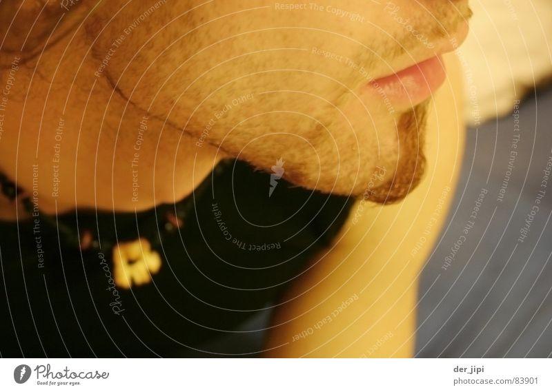 Letzte Fragen Mann Jugendliche schön Erholung Seil schlafen Perspektive Bett Junger Mann Bart Müdigkeit Hals Halskette Wange Schlafzimmer