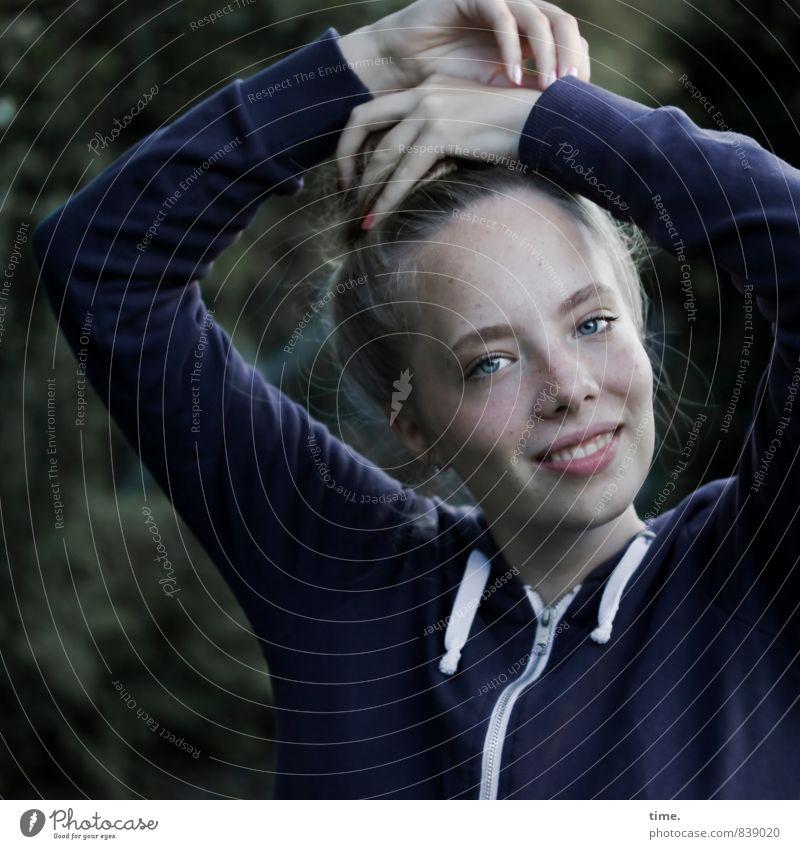 . feminin Junge Frau Jugendliche 1 Mensch T-Shirt blond kurzhaarig Lächeln authentisch frei Freundlichkeit Fröhlichkeit Glück schön natürlich sportlich Freude