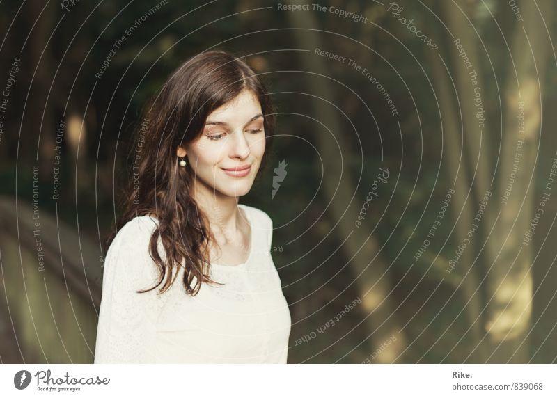 Träumend. Schminke Mensch feminin Junge Frau Jugendliche Erwachsene 1 18-30 Jahre Park brünett langhaarig Lächeln träumen schön natürlich Gefühle Stimmung Glück