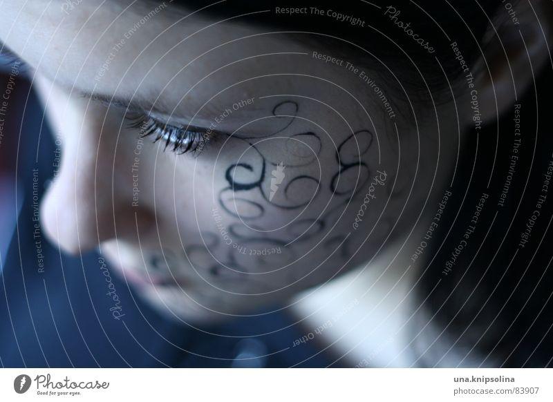 lines Junge Frau Jugendliche schwarzhaarig Ornament Linie Kreis intensiv fixieren Porträt Tattoo bemalt Gesicht Wange Hennamalerei schön zart außergewöhnlich