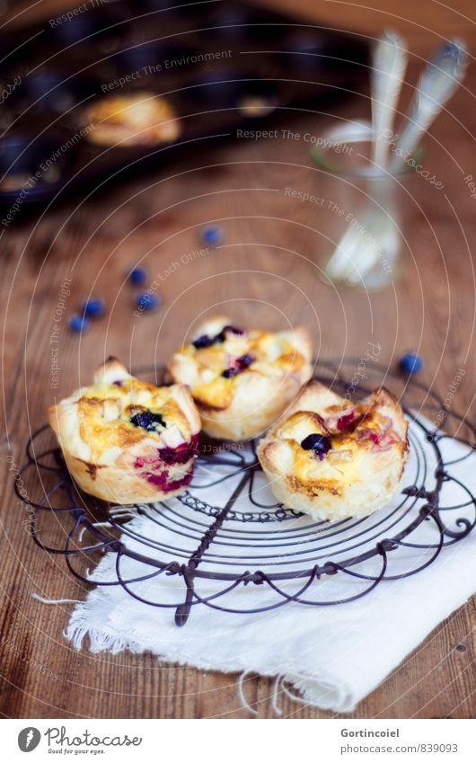 Muffins Lebensmittel Teigwaren Backwaren Kuchen Dessert Ernährung Gabel lecker süß Törtchen Backblech Blaubeeren Serviette Holztisch Foodfotografie Farbfoto