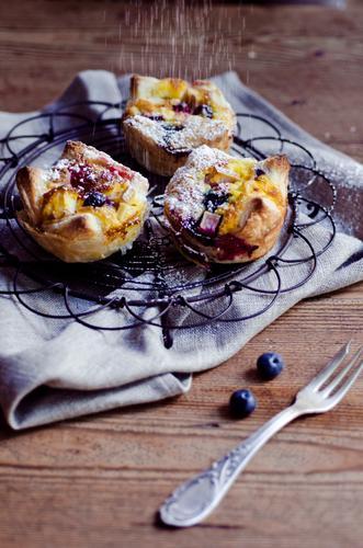 Törtchen Lebensmittel Foodfotografie Ernährung süß Kochen & Garen & Backen Süßwaren lecker Kuchen Backwaren Teigwaren Dessert Gabel Holztisch Muffin Serviette