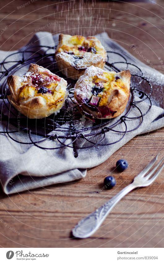 Törtchen Lebensmittel Teigwaren Backwaren Kuchen Dessert Süßwaren Ernährung Kaffeetrinken Slowfood Gabel lecker süß Muffin Blaubeeren Puderzucker Serviette
