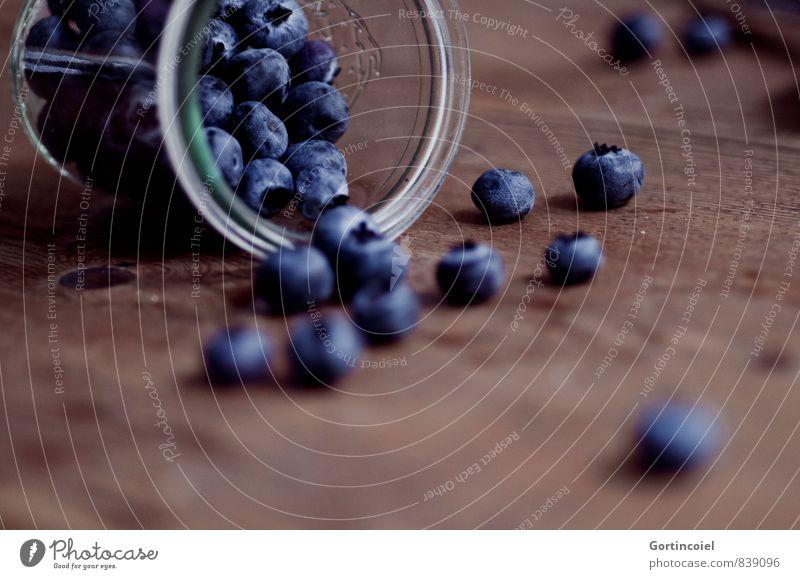 Beeren Lebensmittel Frucht Ernährung Bioprodukte Vegetarische Ernährung Glas lecker süß blau braun Blaubeeren Holztisch Foodfotografie Farbfoto Gedeckte Farben