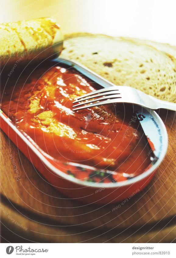 Studentenfutter Ernährung Fisch lecker Abendessen Dose Ekel Schneidebrett Besteck Büchse Konservendose Fischkonserve Tomatensauce Graubrot