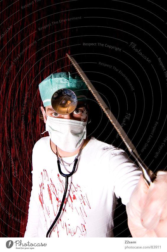 """doctor """"kuddl"""" crazy II Mensch Gesicht Kopf Lampe verrückt stehen Arzt Krankenhaus bizarr Musikinstrument Blut Stirn Mundschutz Operation Säge Chirurgie"""