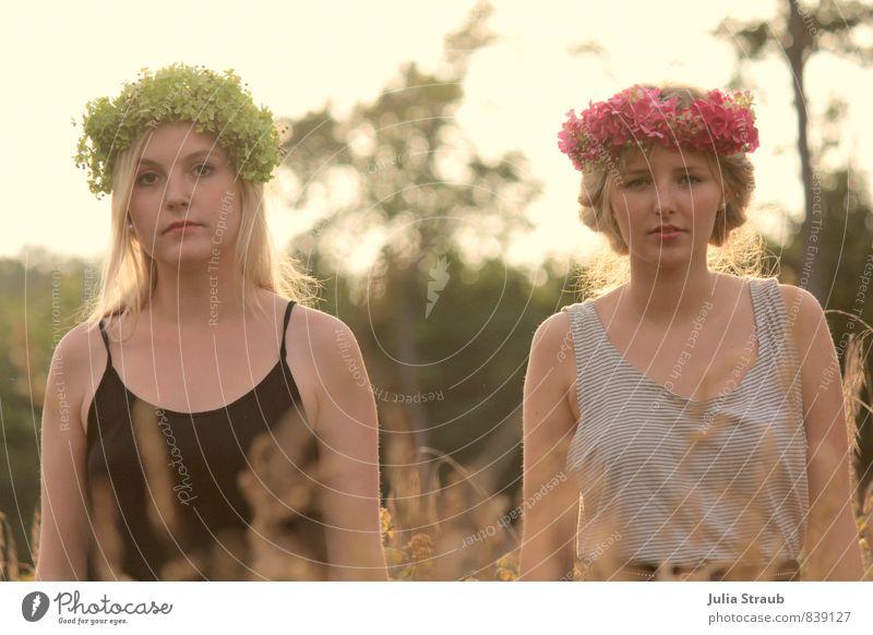 Salatkopf Feste & Feiern feminin Junge Frau Jugendliche Erwachsene 2 Mensch 18-30 Jahre Schönes Wetter Wiese Wald T-Shirt Blumenkranz blond Blick stehen nah