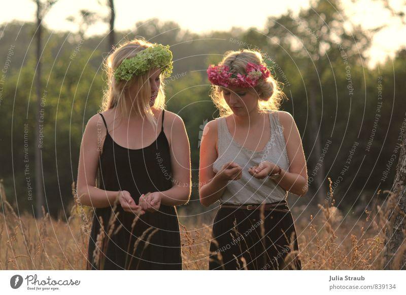 blumenmädchen feminin Junge Frau Jugendliche Erwachsene 2 Mensch 18-30 Jahre Sommer Schönes Wetter Wärme Feld Wald T-Shirt Rock Blumenkranz blond langhaarig