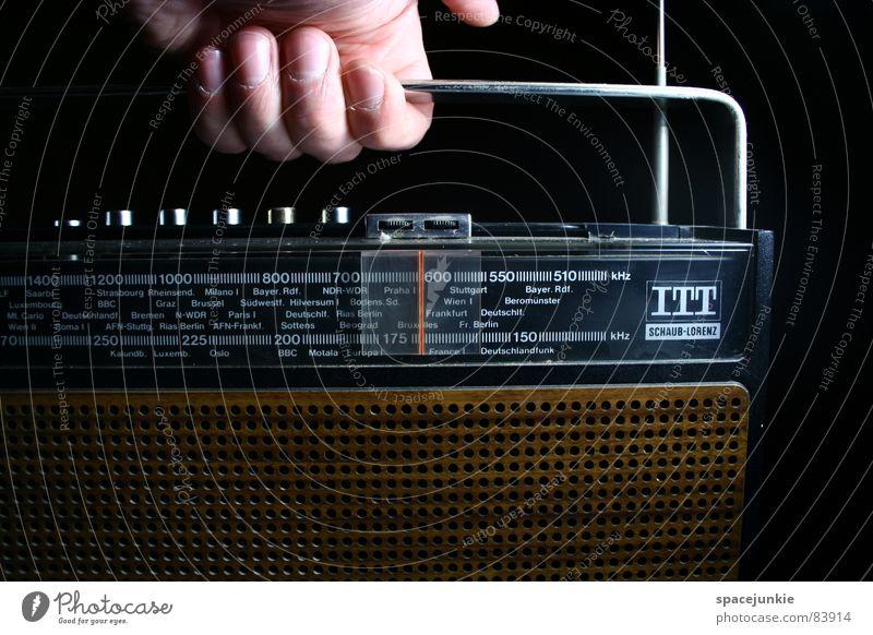 Old radio Hand Information Medien festhalten Radiogerät Nostalgie Griff Antenne selbstgemacht Funktechnik Sender Rundfunksendung Rundfunksender Funkstörung