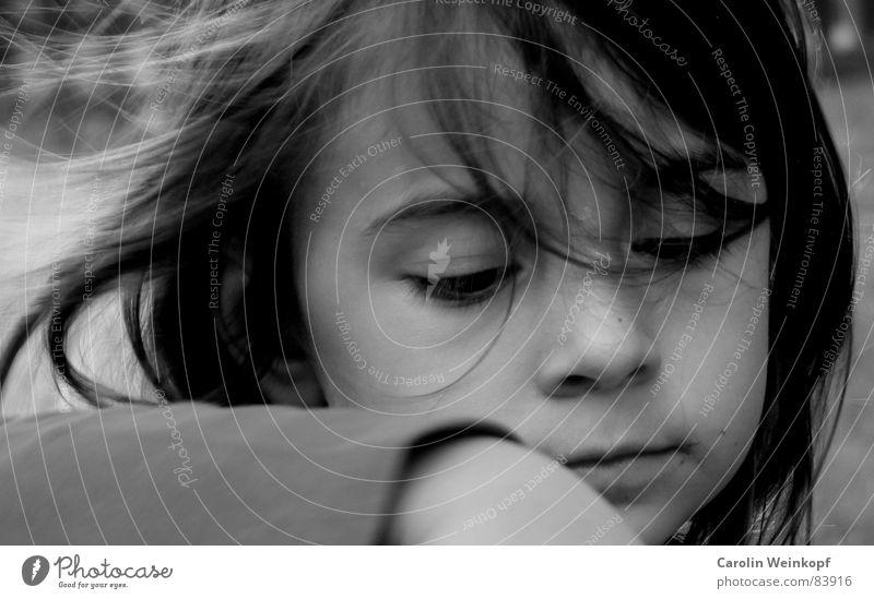 Kuchen Backen. Kind Auge Haare & Frisuren Mund Arme Wind Nase süß Konzentration Kleinkind unschuldig Schlamm