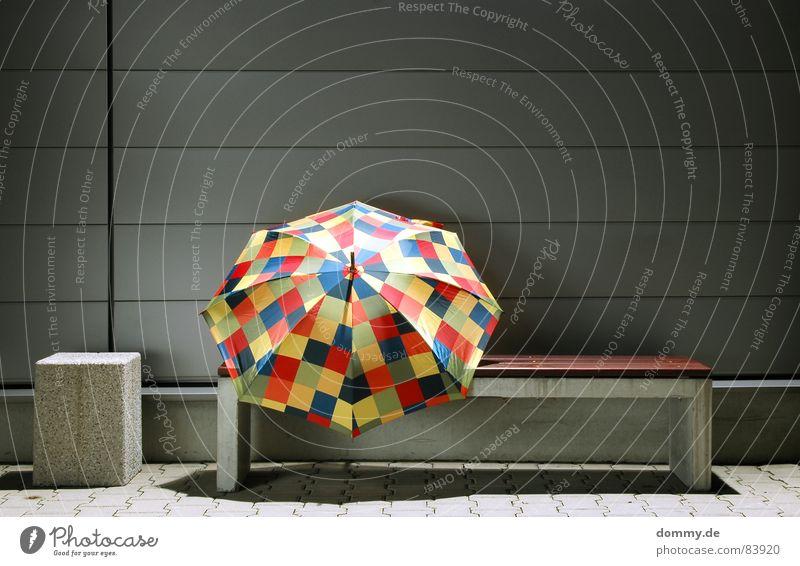 :on: schön ruhig dunkel Holz Mauer Regen Beton rund Bank Regenschirm Spitze Stoff Stengel silber Blech