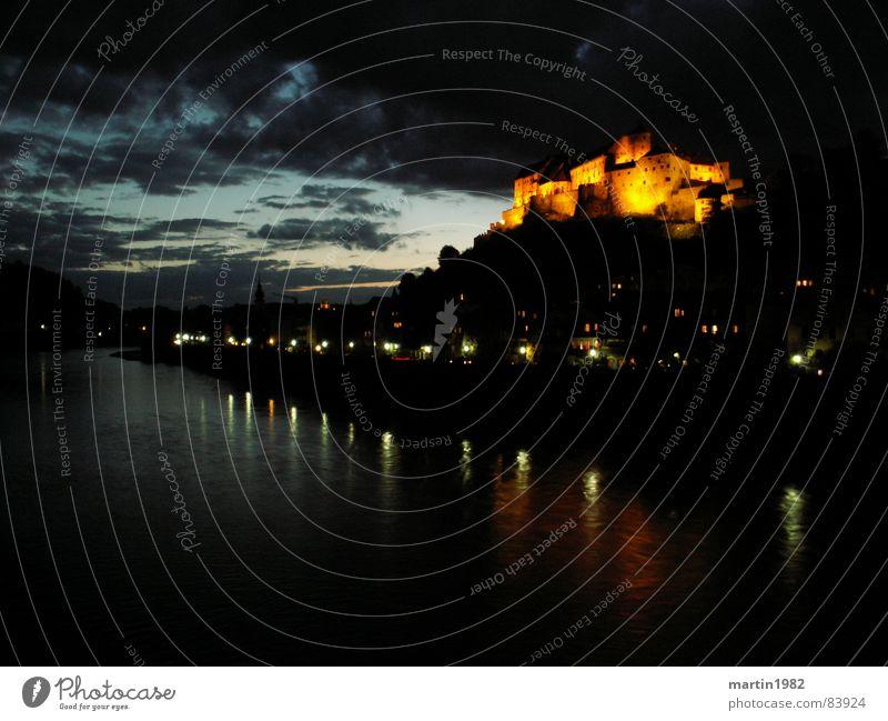 Burghausen Wasser Himmel Wolken dunkel Deutschland Fluss Grenze Bayern Österreich Festung Salzach
