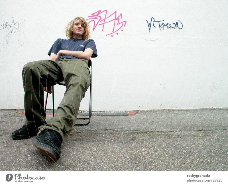 soon come Wand Graffiti Weitwinkel Erholung Jugendliche Originalität Mensch Mann Stadtbewohner Stuhl sitzen warten grafitti easy Charakter städter