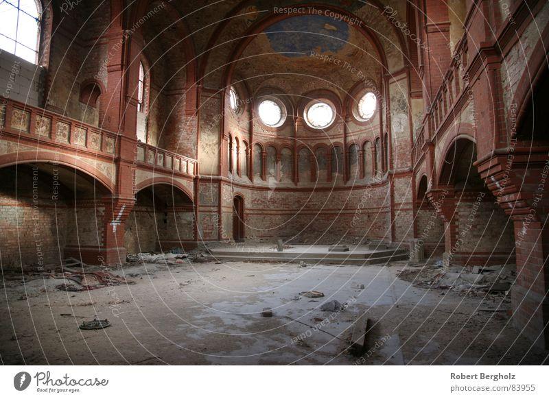 Zerfallene Kirche Einsamkeit Wand Architektur Stein Mauer Religion & Glaube verfallen Bauwerk Denkmal Ruine Säule Staub Bauschutt Gotteshäuser Musiker
