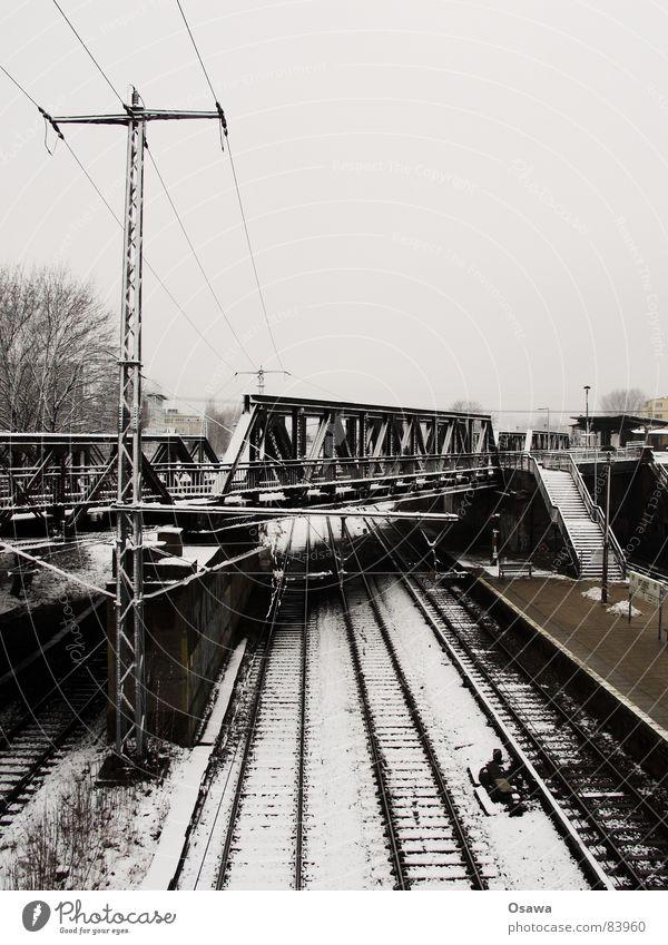 Ostkreuz Eisenbahnschwelle Eisenbahnbrücke Gleise S-Bahn Öffentlicher Personennahverkehr Bahnsteig Oberleitung Träger Stahlträger kalt grau trüb Station bezogen