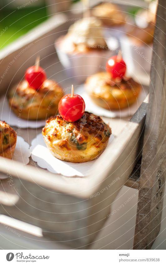 salzige Muffins Kuchen Tomate Ernährung Picknick Vegetarische Ernährung Fingerfood frisch lecker Farbfoto Außenaufnahme Menschenleer Tag Schwache Tiefenschärfe