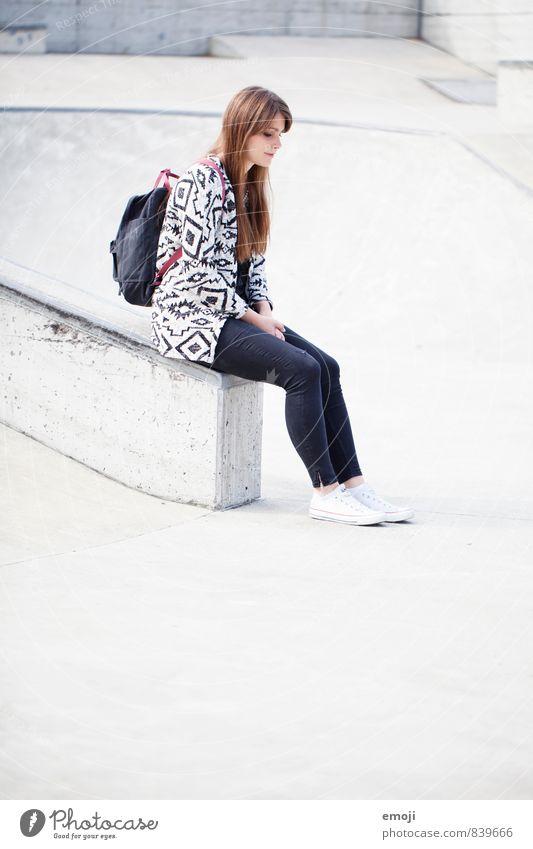 Ton in Ton feminin Junge Frau Jugendliche 1 Mensch 18-30 Jahre Erwachsene Mode Coolness schön einzigartig Stadt grau sitzen Rucksack Beton Farbfoto