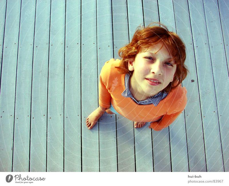 Froschschenkel Mensch Kind Jugendliche Einsamkeit Freiheit Holz Haare & Frisuren Fuß Wind groß stehen Hemd Verkehrswege Pullover bleich Schwein